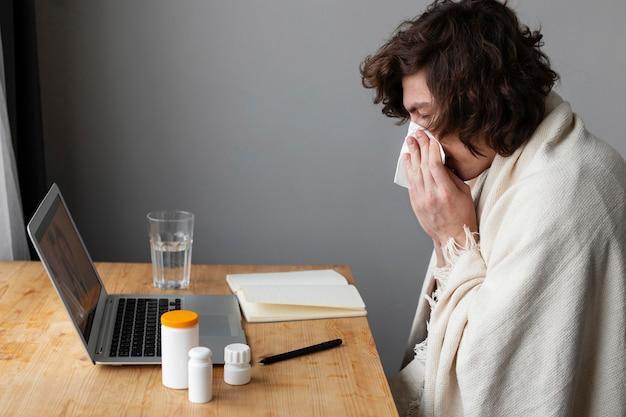 Giovane ammalato che parla con il suo medico in videochiamata