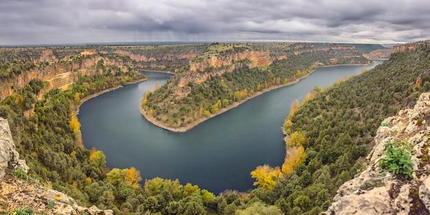 秋のドゥラトン川の鎌、黄色いポプラ