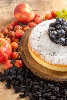 側面のクローズアップケーキレーズンチェリーアップルボード上の食欲をそそるケーキ