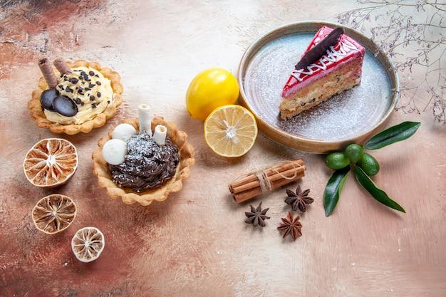 Боковой вид крупным планом торт тарелка торта цитрусовые фрукты корица звездчатый анис кексы