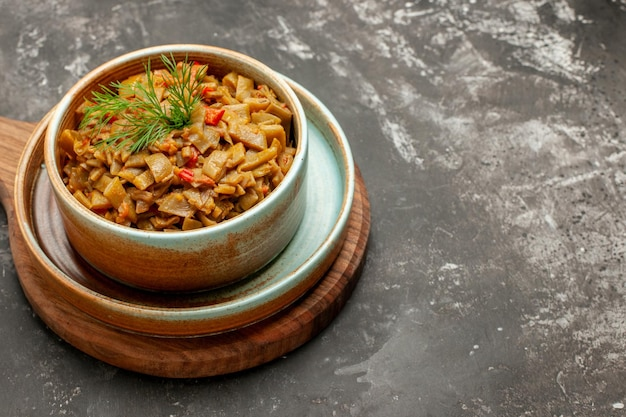 Vista ravvicinata laterale piatto appetitoso piatto appetitoso di fagiolini con pomodori sul tagliere sul tavolo scuro