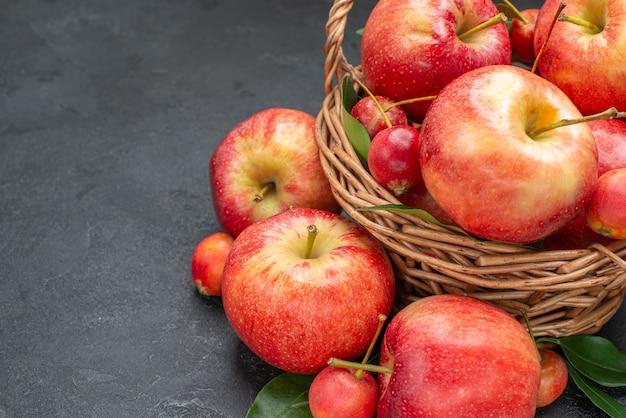 側面のクローズアップビューは、バスケットロープで食欲をそそる果物をリンゴ