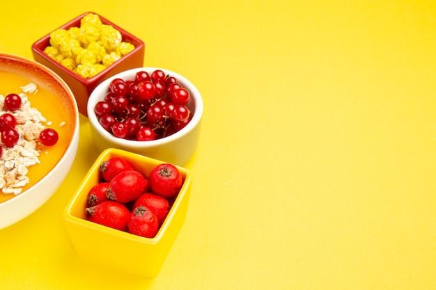 테이블에 딸기의 측면 클로즈업보기 딸기 그릇