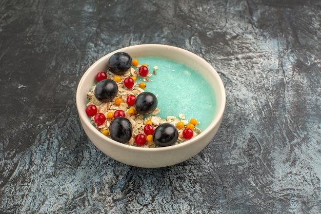 側面のクローズアップビューは青いボウルに食欲をそそるカラフルなベリーをベリーします