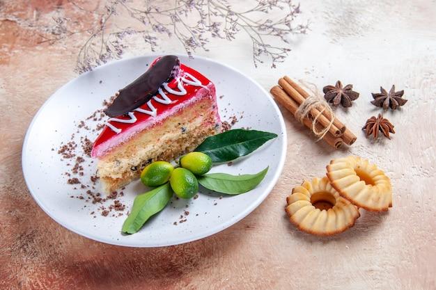 Vista ravvicinata laterale una torta una torta appetitosa biscotti anice stellato bastoncini di cannella