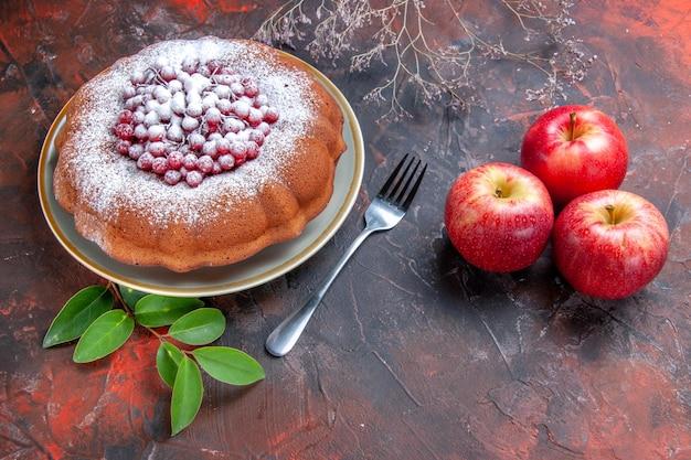 Vista ravvicinata laterale una torta una torta appetitosa con ribes rosso mele foglie forchetta