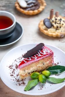Vista ravvicinata laterale una torta una torta agli agrumi una tazza di tè cupcakes cannella anice stellato