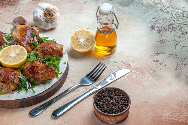 보드 레몬 오일 마늘 나이프 포크에 허브와 함께 측면 확대보기 치킨 치킨