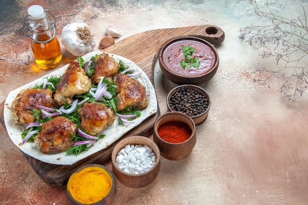 오일 소스 마늘 향신료의 lavash 병에 양파 허브와 함께 측면 확대보기 치킨 치킨