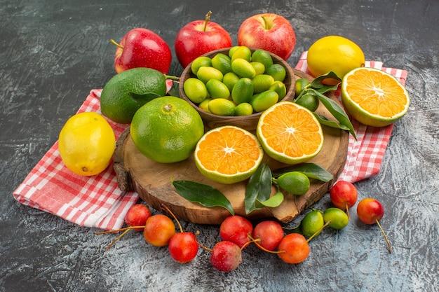 側面のクローズアップビュー柑橘系の果物市松模様のテーブルクロスのボード上の柑橘系の果物