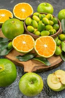 側面のクローズアップビュー柑橘系の果物食欲をそそる青リンゴ木の板上の柑橘系の果物