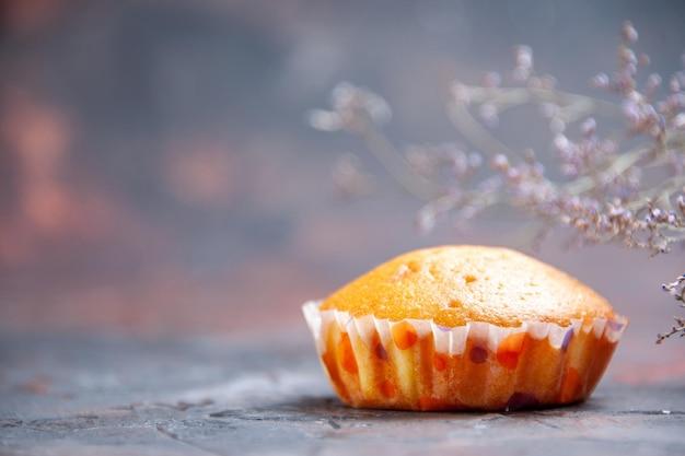 Cupcake cupcake vista ravvicinata laterale sullo sfondo viola e sui rami degli alberi