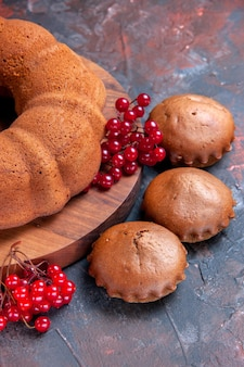 Vista ravvicinata laterale cupcakes torta cupcakes torta con ribes rosso sul tagliere
