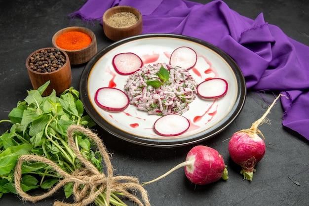 Vista ravvicinata laterale un piatto un piatto appetitoso erbe spezie raddish sulla tovaglia viola