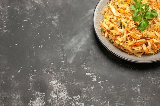 하얀 접시에 식욕을 돋우는 당근 양배추와 허브의 측면 확대보기 요리 접시