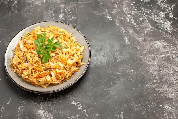 측면 확대보기 접시 흰색 접시에 당근 양배추와 허브의 식욕을 돋우는 요리