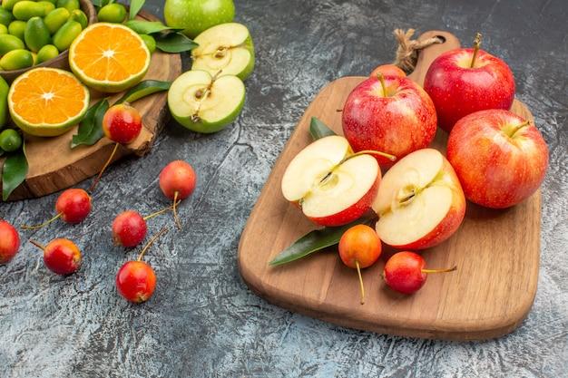 Vista ravvicinata laterale frutti bacche agrumi mele rosse sul tabellone