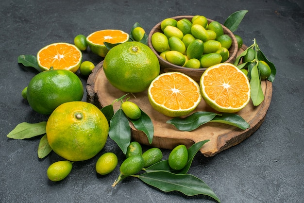 側面のクローズアップビューフルーツみかん柑橘系の果物とボードの葉