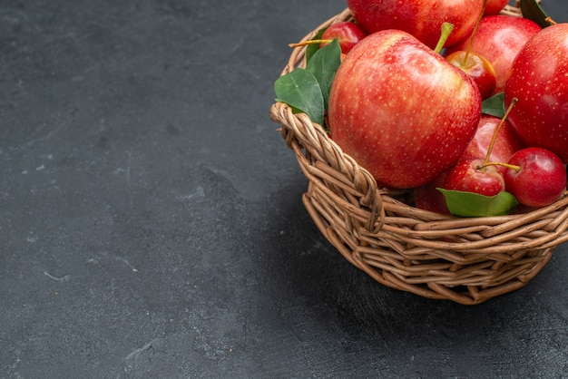 側面のクローズアップビューは、バスケット内の食欲をそそるリンゴとサクランボを実らせます