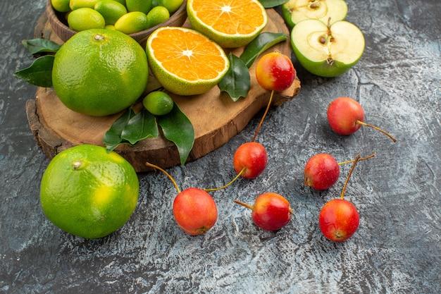 側面のクローズアップビューは、ボード上の食欲をそそるベリーの果実を実らせます