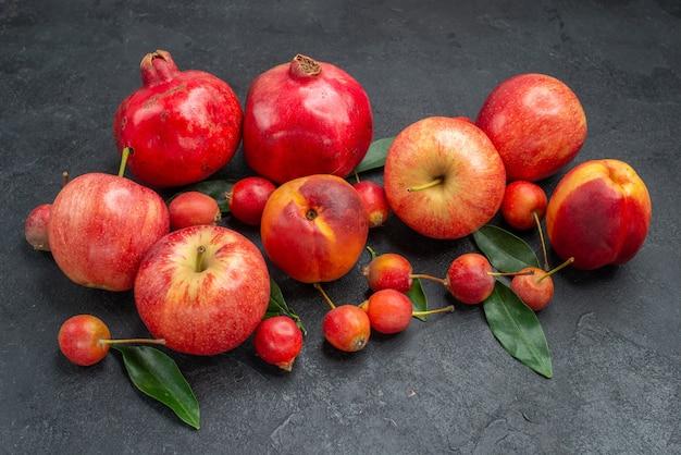 Вид сбоку крупным планом фрукты аппетитные вишни нектарины яблоки гранаты