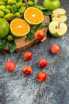 側面のクローズアップビューは、ボード上の食欲をそそるみかんリンゴチェリーを実らせます