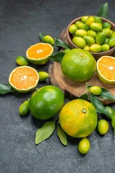 側面のクローズアップビューは、葉のある食欲をそそる柑橘系の果物でボードをフルーツします