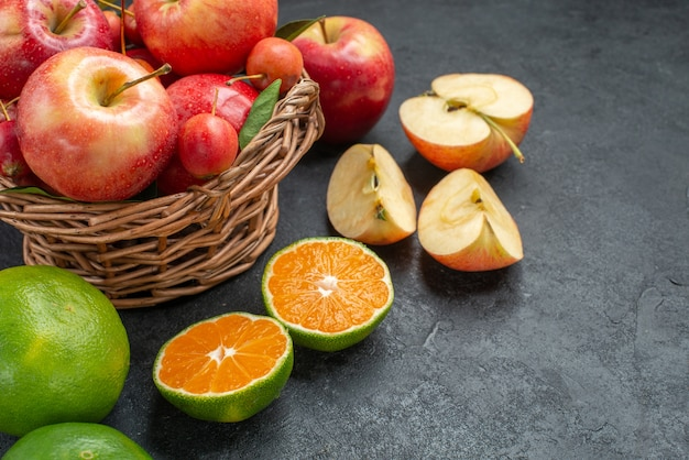 側面のクローズアップビュー果物リンゴとサクランボの木製バスケット柑橘系果物リンゴ