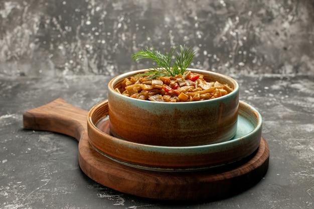 Vista ravvicinata laterale fagiolini ciotola di fagiolini con erbe sulla tavola di legno della cucina sulla superficie nera Foto Gratuite
