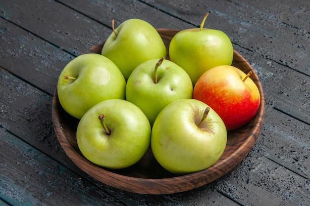 측면 클로즈업 보기 녹색-노랑-적색 사과 회색 테이블에 식욕을 돋우는 녹색 노란색 붉은 사과 한 그릇
