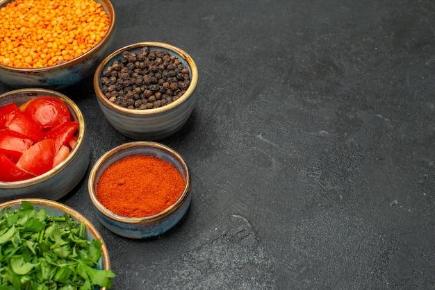 Vista ravvicinata laterale lenticchia una lenticchia appetitosa erbe pomodori pepe nero spezie