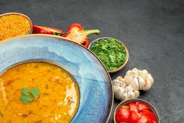 Вид сбоку крупным планом суп из чечевицы аппетитный суп из чечевицы болгарский перец зелень чеснок помидоры