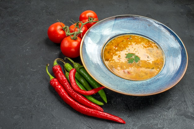 Вид сбоку крупным планом суп из чечевицы суп из чечевицы острый перец аппетитные помидоры с цветоножками
