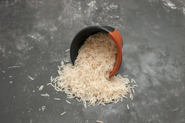 테이블에 쌀의 측면 확대보기 쌀 갈색-검은 그릇