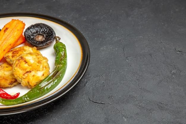 식욕을 돋우는 볶은 고추 버섯의 측면 확대보기 볶은 야채 접시