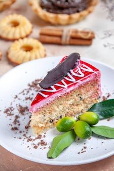 Vista ravvicinata laterale dolci una torta appetitosa cupcakes biscotti anice stellato cannella