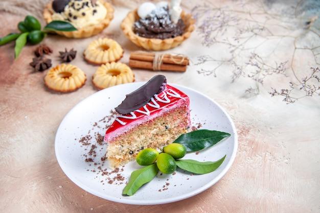 Vista ravvicinata laterale dolci una torta con salse cupcakes biscotti anice stellato cannella