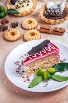 Вид сбоку крупным планом сладости кексы печенье звездчатый анис корица торт с шоколадом