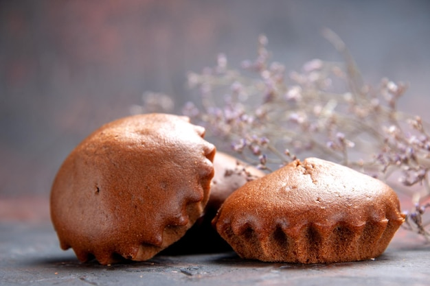 측면 클로즈업 보기 맛있는 컵케이크 나뭇가지 옆에 있는 테이블에 있는 식욕을 돋우는 컵케이크