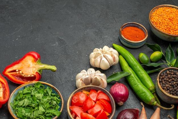 Вид сбоку крупным планом овощи травы специи острый перец помидоры болгарский перец миска чечевицы