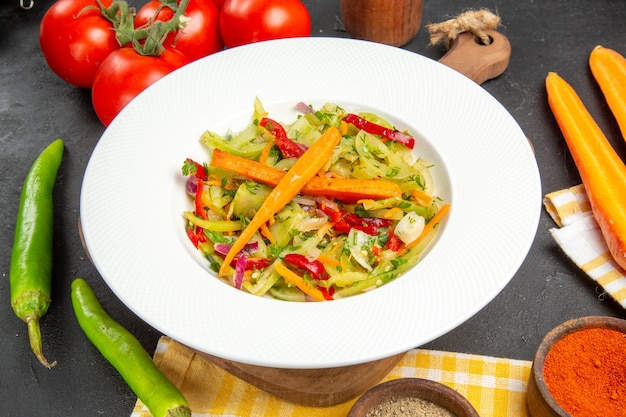 まな板のテーブルクロスに野菜唐辛子スパイストマトサラダの側面のクローズアップビュー