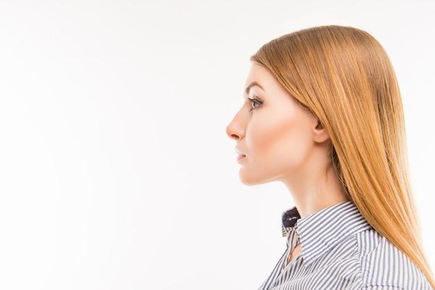 自信のある女性の側面の肖像画