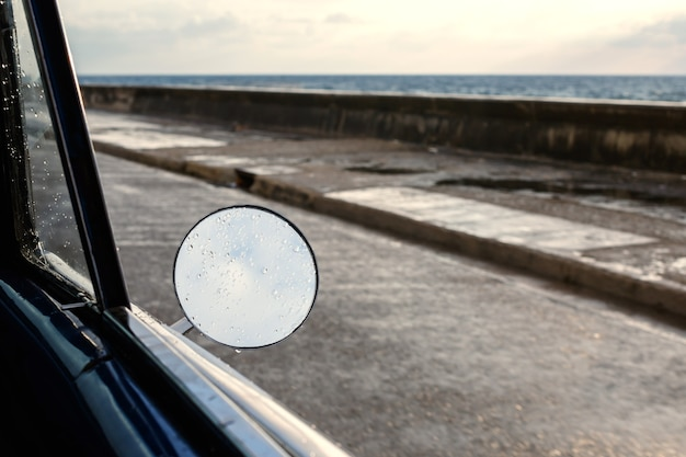 Боковое зеркало ретро-автомобиля