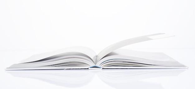白い背景の上の本の側面
