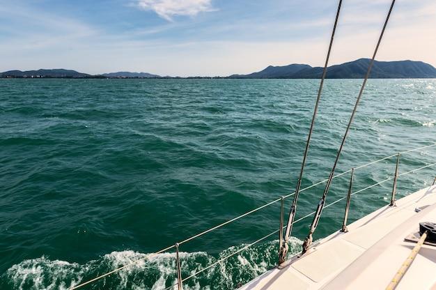 휴가에 열대 바다에서 항해하는 개인 요트의 측면