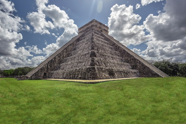 チチェンイツァ考古学コンプレックスのピラミッドのあるサイドパノラマ