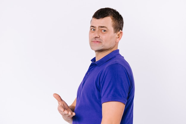 보고 흰색 배경에 캐주얼 옷에 청각 장애인 남자의 측면 초상화는