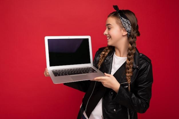 컴퓨터 노트북을 들고 갈색 머리 땋은 아름 다운 행복 웃는 소녀의 측면 프로필 사진