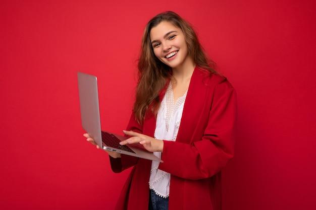 매력적인 미소 자신감 꽤 젊은 아가씨 노트북 입력을 들고의 측면 프로필 사진