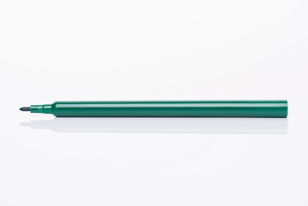 흰색 배경에 분리된 모자가 있는 어둡고 생생한 생생한 밝은 녹색 마커의 측면 프로필 보기 클로즈업 사진